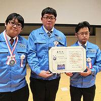 2015-11-10-全日本選抜QCサークル大会 表彰状とメダルを持って記念撮影