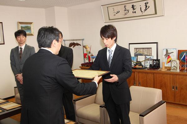 2017-03-29-登別市長より表彰状を渡される藤井さん