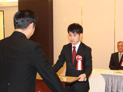 2017-11-03-市長より表彰をうける本野健人さん