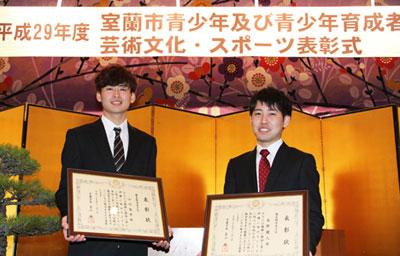 2017-11-03-優良勤労青少年表彰の小川さんと本野さん
