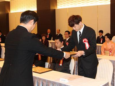 2017-11-03-市長より表彰をうける小川竜平さん