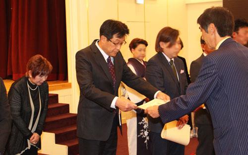 2017-11-21-優秀技能者表彰 表彰状を受取る小川さん
